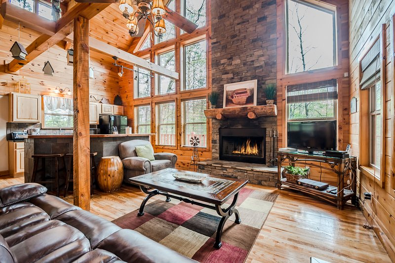 Secluded Cabin | 2BR 3BA | Sauna | Hot Tub | Seasonal Mtn Views | Jacuzzi Tub, holiday rental in Demorest