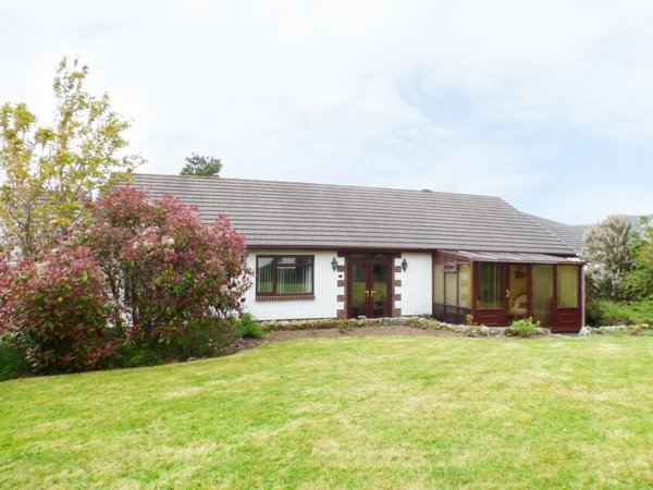 5 GERDDI MAIR, spacious bungalow, four bedrooms, parking, lawned garden, in St, holiday rental in St Clears