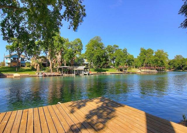 Guadalupe Riverfront, Kayaks,lots of deck space! 2 miles to Comal!, aluguéis de temporada em New Braunfels