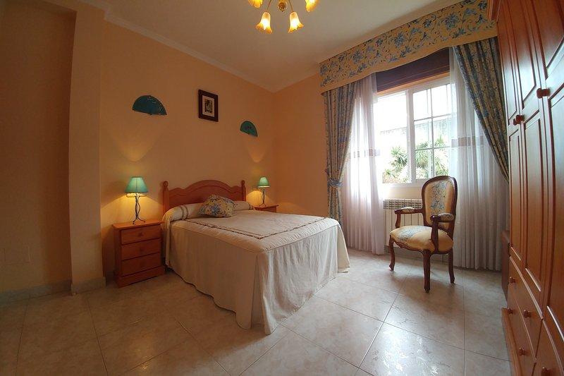 APARTAMENTO APOLO - Casa con terraza y parking en la costa, holiday rental in Vilanova de Arousa