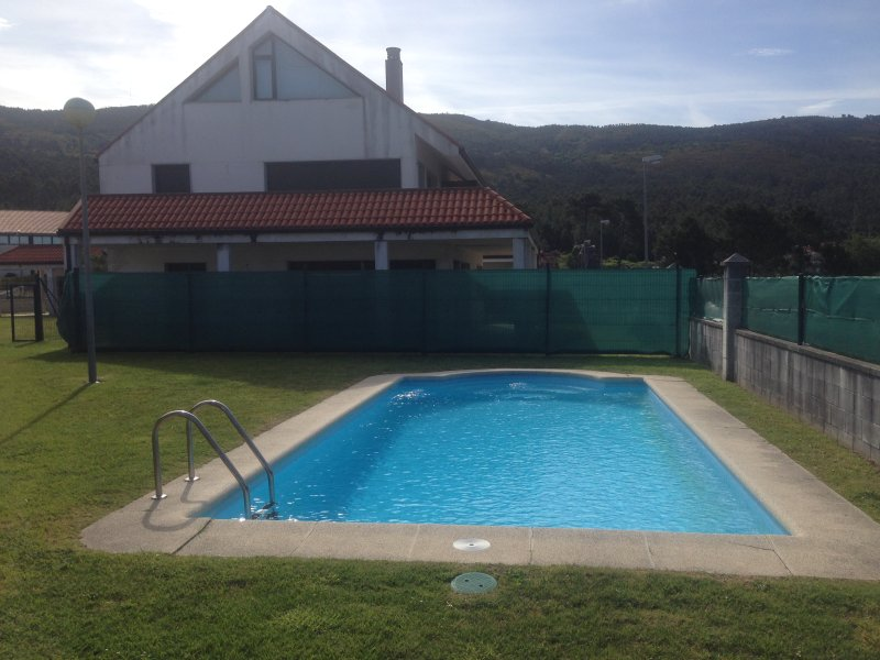 5 min drive beach, pool, quiet area, huge secluded terrace, 20 min walk t beach, Ferienwohnung in Corrubedo