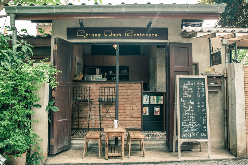 Private room in the heart of Chiang Mai old city are,living in local residential, holiday rental in San Phranet