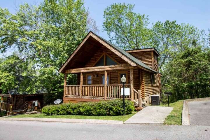 Welcome to Nana Bear! A cozy two bedroom cabin in the heart of Pigeon Forge!