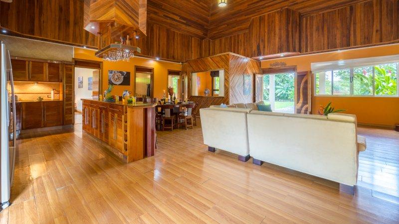 De dubbla dörrarna öppna för stort vardagsrum / matsal och kök.