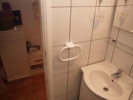 Purple (2+1): bathroom with toilet