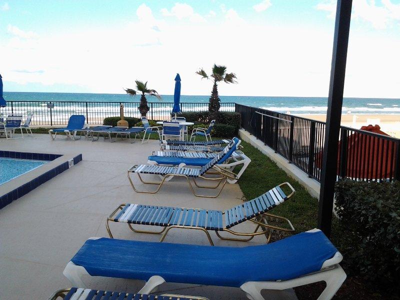 Relajarse junto a la puerta de salida piscina con vistas al mar.