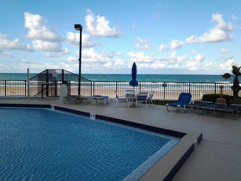 Piscina al aire libre climatizada con vistas a la playa.