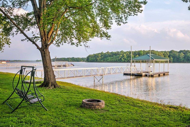 Préparez-vous pour les vacances Kentucky d'une vie à cette location de vacances 4 chambres cabine avec ponton privé couvert.