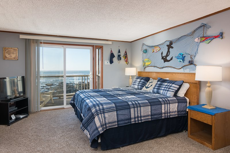 Sand Dollar- Studio with king bed, Fireplace, Kitchen, Oceanfront balcony, holiday rental in Lincoln City