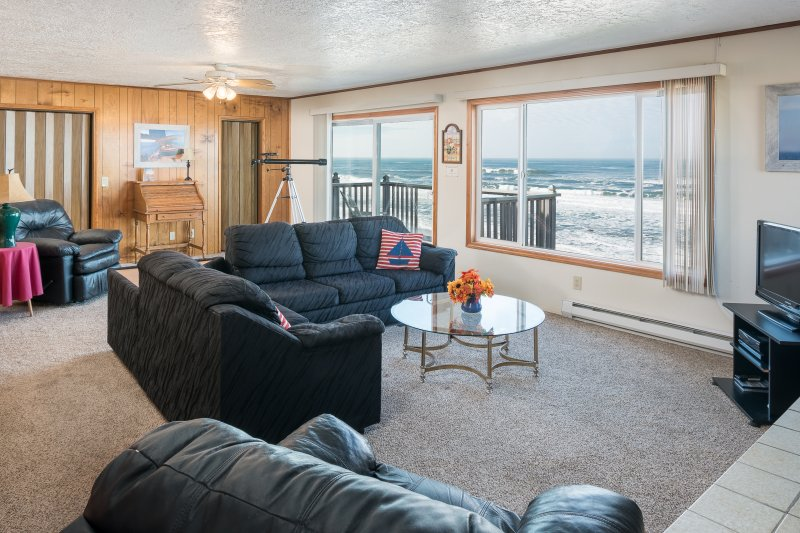 Wheelhouse- 2 bdrm, kitchen, beachfront balcony, fireplace, holiday rental in Lincoln City