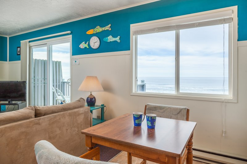 Weatherly - 1 BD, beachfront, kitchen, fireplace, holiday rental in Lincoln City