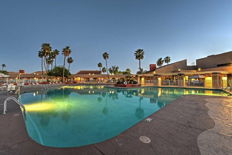 Enjoy access to a pool, golf course, restaurants, hot tubs, and more!