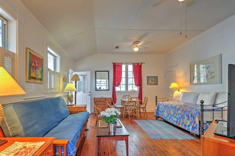 Perfeito para pequenos grupos ou famílias, esta encantadora propriedade apresenta acomodações para 6 e uma localização radiante apenas 3 quadras da praia!