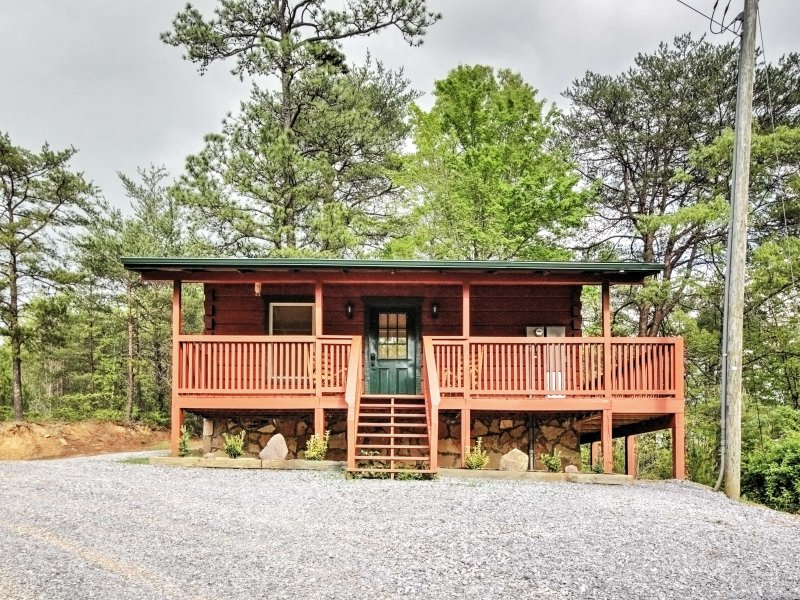 Make your next Pigeon Forge vacation a memorable one with this 1-bath Sevierville vacation rental cabin.