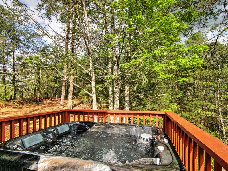 Questa autentica baita in legno di tronchi offre una posizione imbattibile e una vasca idromassaggio privata.