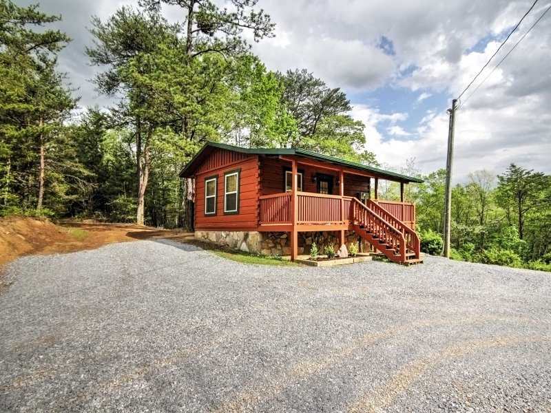 This cabin is ideally situated close to all of the area's legendary attractions.