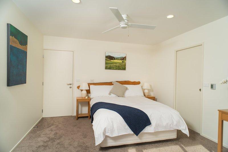 Chambre de la Reine, salle de bains, ventilateur de plafond. seaviews du lit, véritable art sur les murs