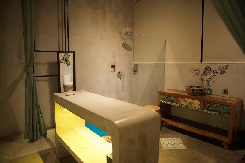 Salle de bains spacieuse avec des installations modernes