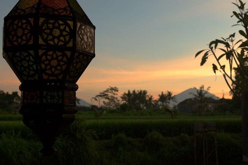 Vue imprenable du mont Agung au lever du soleil