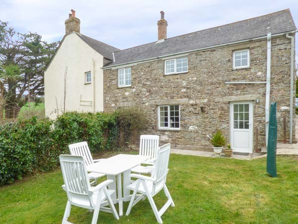 HAYLOFT COTTAGE, traditional cottage with woodburner, enclosed lawned garden, vacation rental in Boconnoc