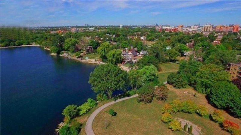 Luftaufnahme des Heims in der Bucht direkt am Lake Ontario!