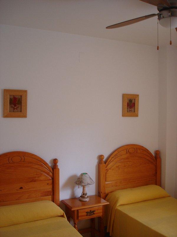 90 quartos duas camas, guarda-roupa e confortável.