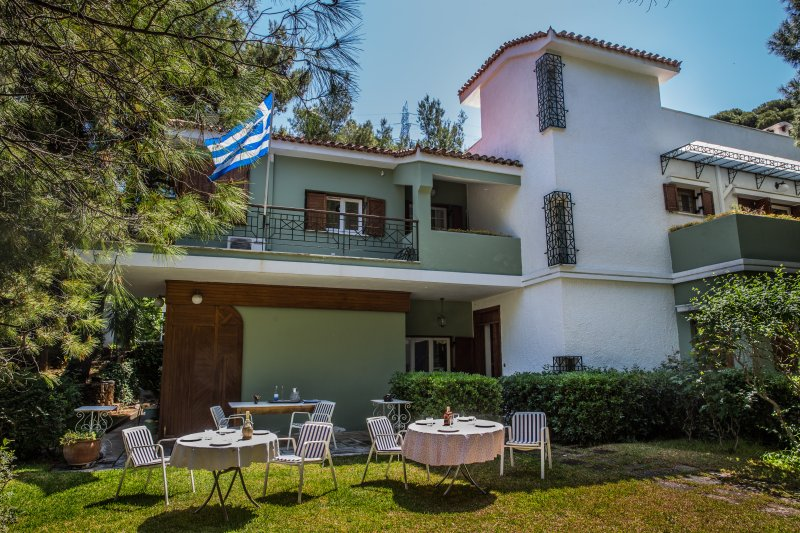COSY SPACIOUS HOUSE IN PENTELI, vacation rental in Penteli