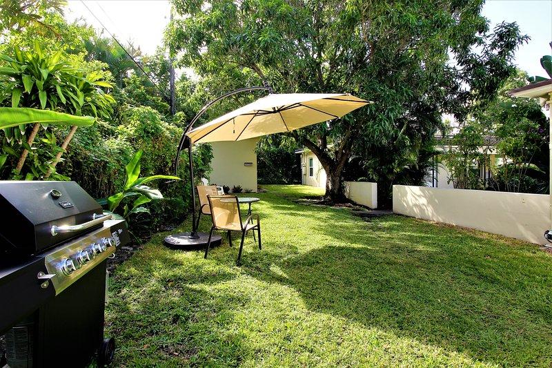 quintal comum com churrasqueira a gás disponível para os hóspedes. © mymi Fotografia Obras
