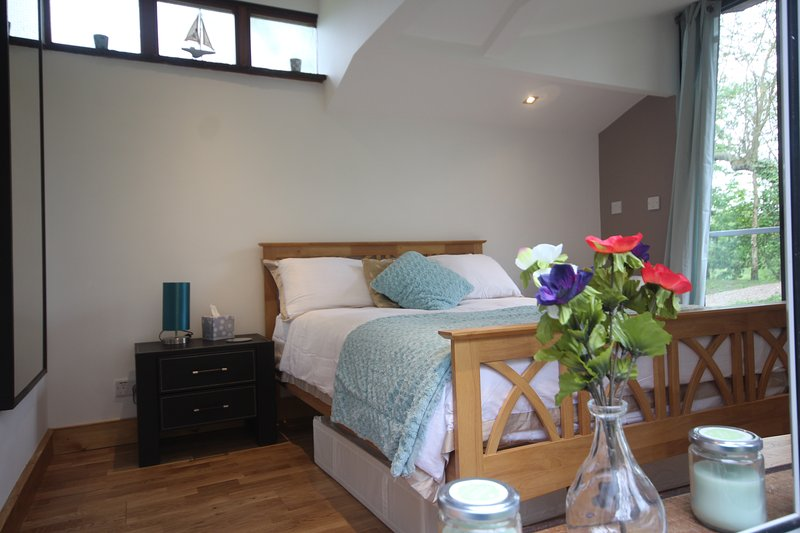 LUXURY WATERSIDE LODGE HEREFORD 'PET FRIENDLY 'PRIVATE FISHING INCLUDED, vacation rental in Herefordshire