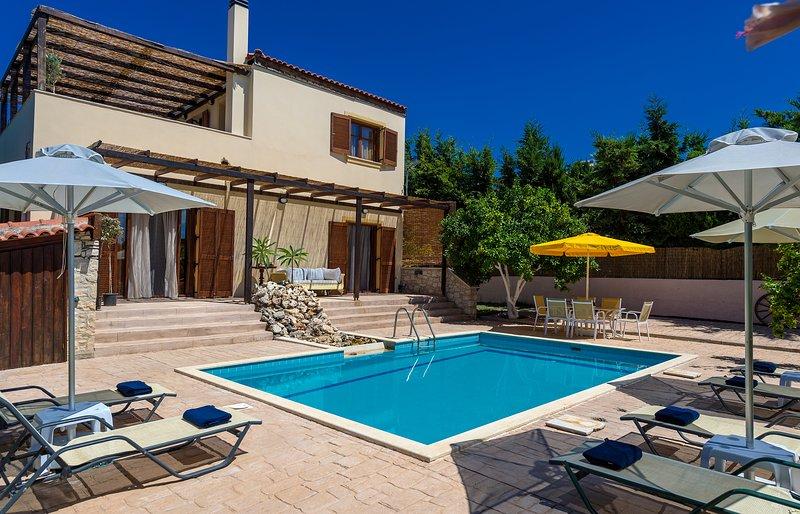 Villa Citrus - Modern & cosy villa with spacious terrace & splendid view, location de vacances à Asteri