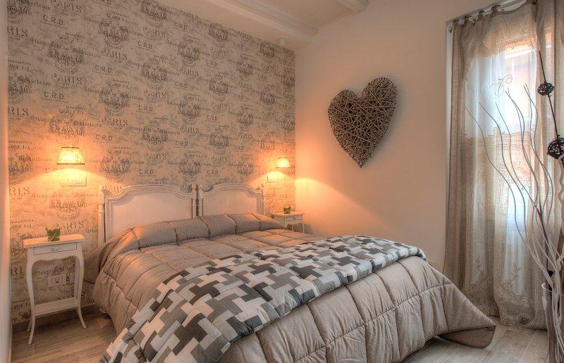 La habitación parece armonioso y acogedor, muebles clásicos dan una impresión romántica.
