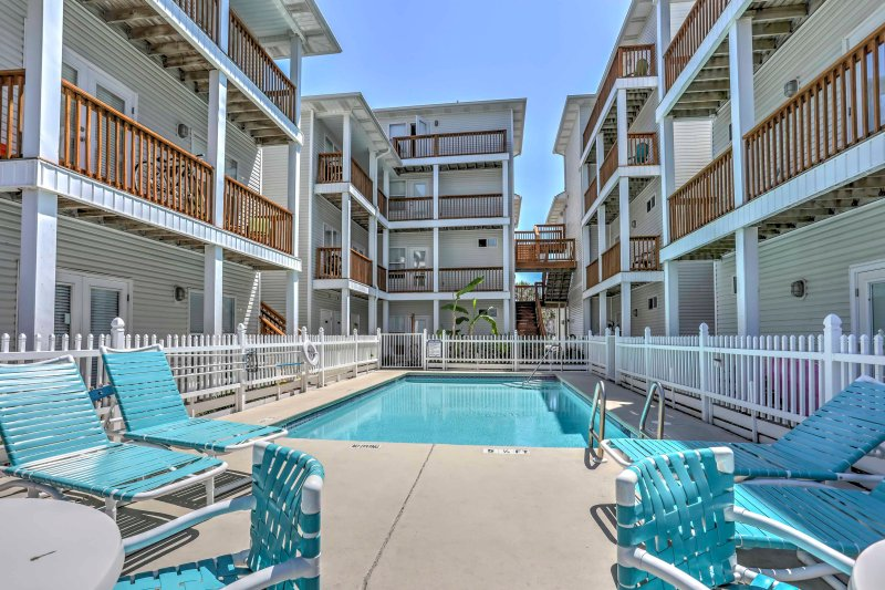 Your ideal beach vacation awaits you at Okaloosa Island in this 2-bedroom, 2-bathroom Fort Walton Beach vacation rental condo that comfortably sleeps 6!