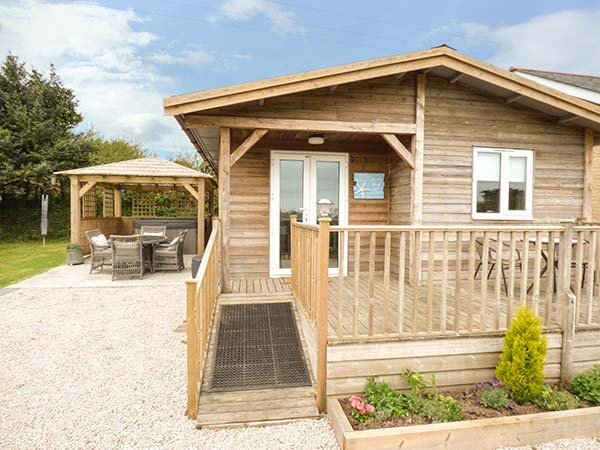LOWENA, detached lodge, centrally located, hot tub, WiFi, Redruth, Ref 953053, holiday rental in Come to Good