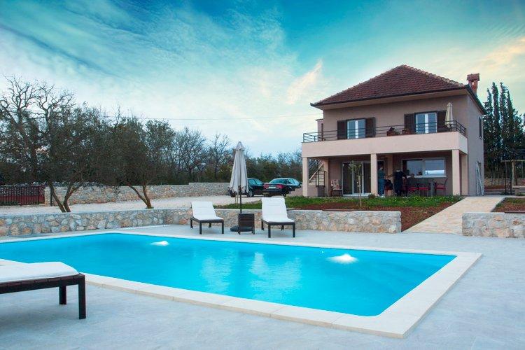 Spaziosa villa con un giardino e una piscina, Zadar