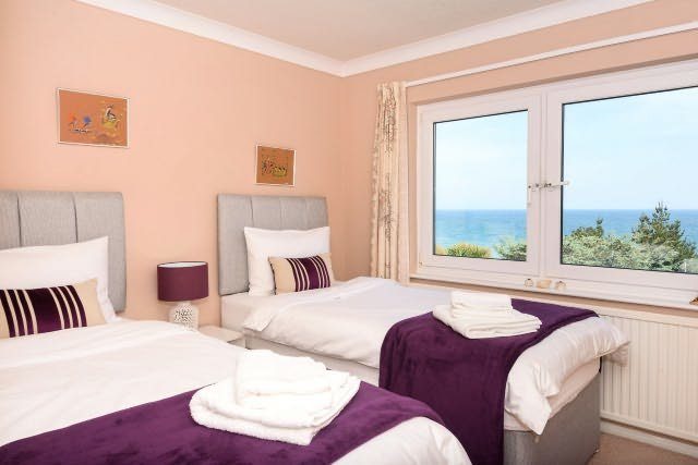 Attrayant chambre double avec lits zip et lien et une belle vue sur la mer