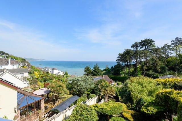 Ceci est la vue depuis le balcon. Les jardins luxuriants, matures ci-dessous font également partie de cette propriété.