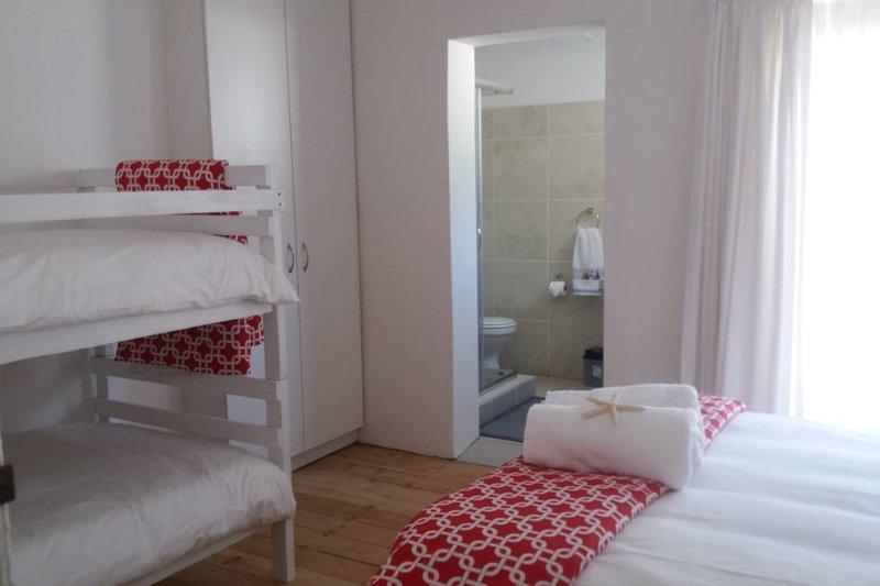 4 dormitorios con cuarto de baño y una cama individual