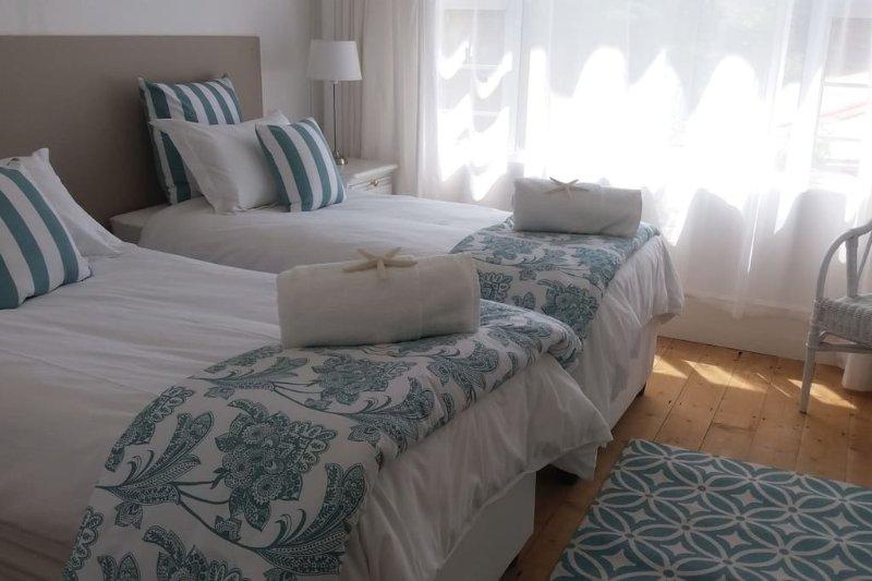 1 dormitorio con dos camas individuales que pueden convertirse en un rey.