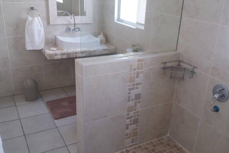 Cuarto de baño compartido con ducha y bañera. Sillas de ruedas.