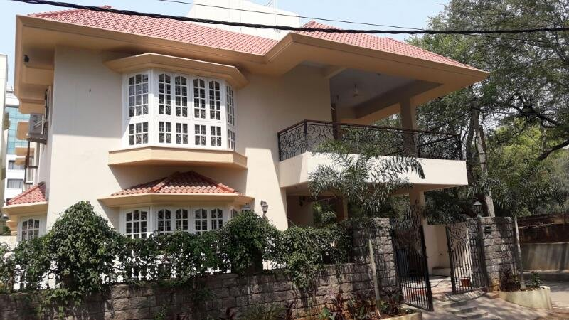 Charming English Villa in Downtown Somajiguda - 5 Bedrooms Ensuite, holiday rental in Secunderabad