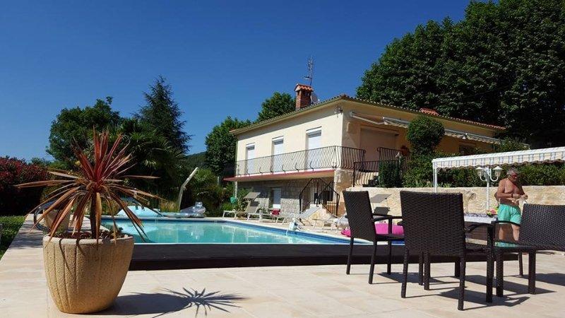 Location appartement  50 m2 dans villa avec piscine, holiday rental in Fuilla