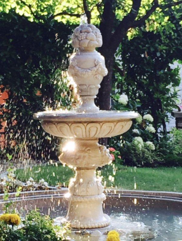 fuente de mármol en el jardín privado