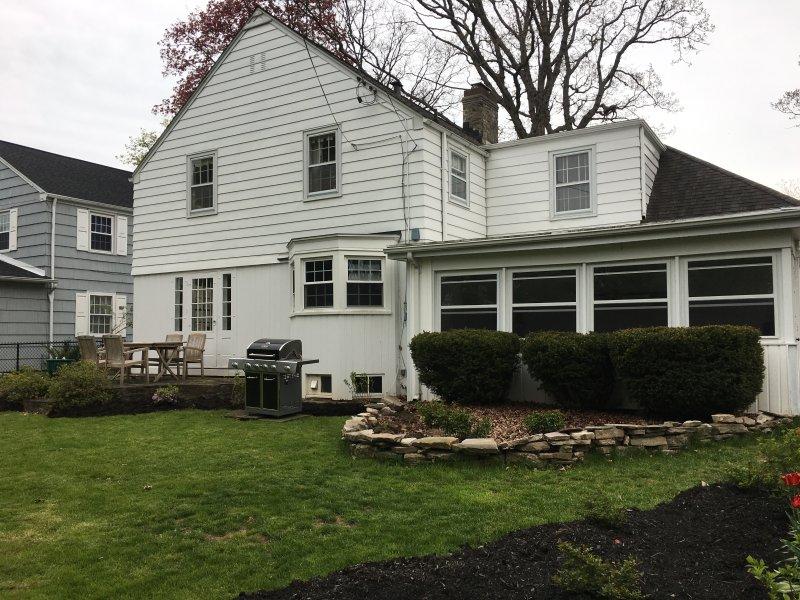 Cette maison a une cour spacieuse idéale pour le temps de la famille!