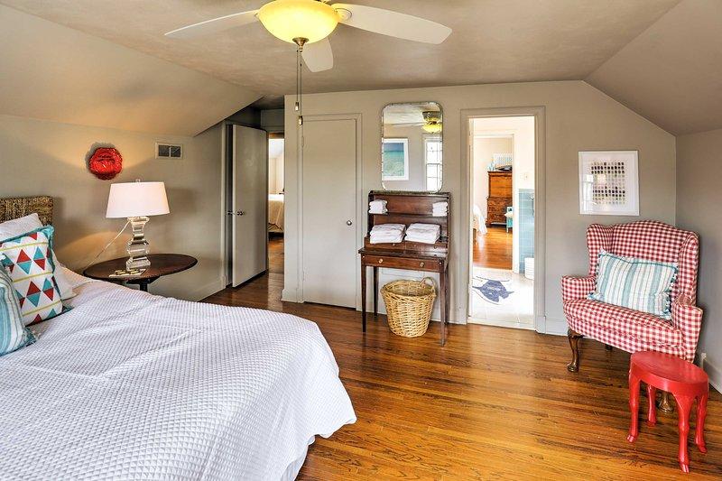 Cette chambre dispose d'un accès à la prise et jill salle de bain pour une utilisation facile.