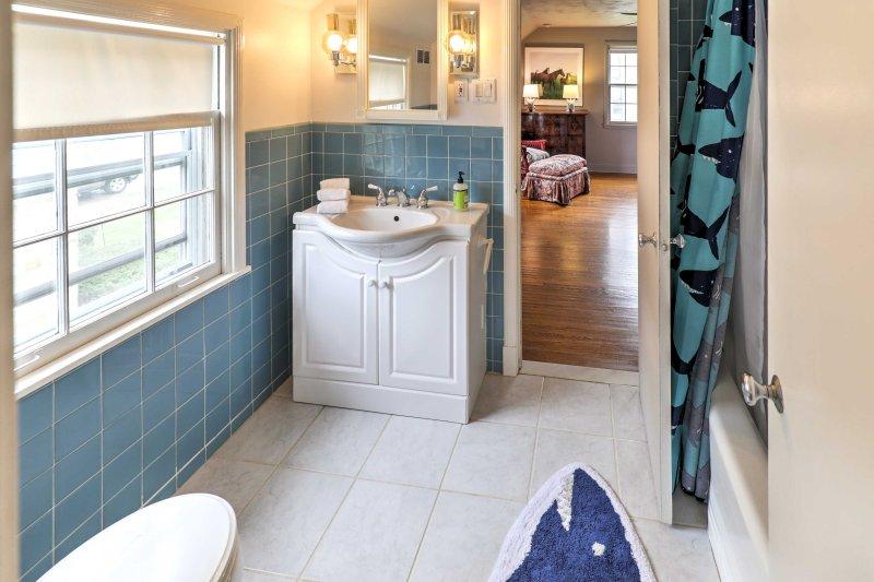 Cette salle de bain comprend une douche / baignoire combo pour les clients.