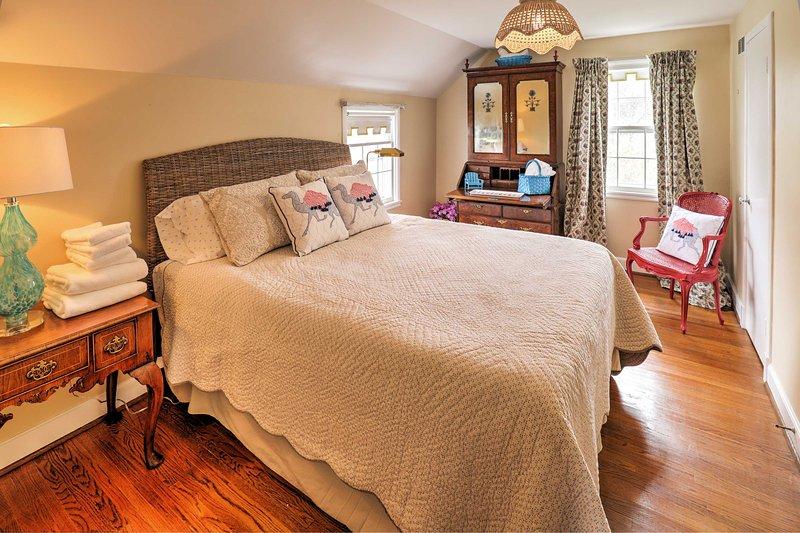 Vous aimez cozying dans ce lit queen après une longue journée.