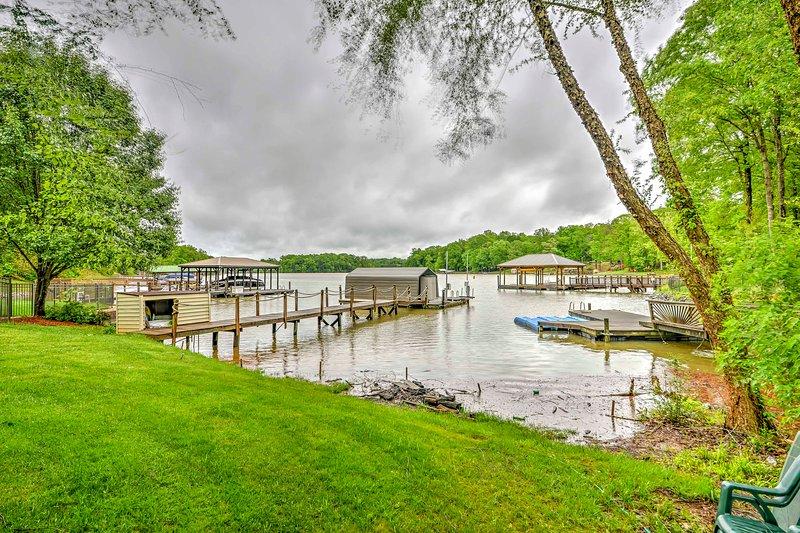 Esta propiedad ofrece durante todo el año acceso a aguas profundas para la navegación y la natación.