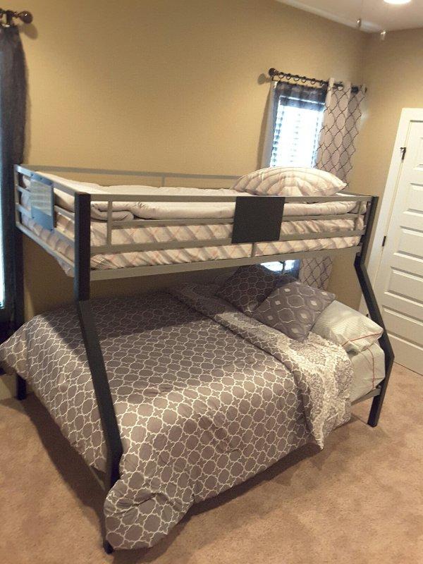 Chambre 3. lits superposés avec des lits jumeaux et plein