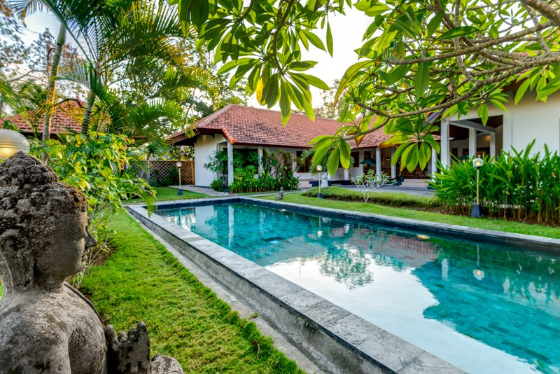 Huge villa Green Tara 4 bd close Jimbaran Bay, vacation rental in South Kuta