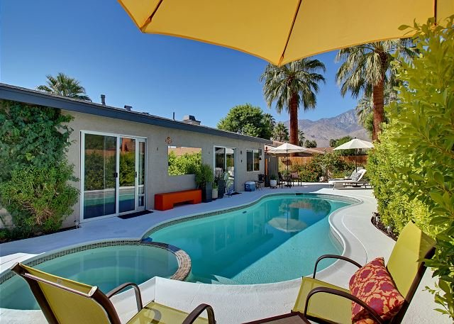 Flawless & Contemporary Home w/ Gorgeous Mountain Views & Private Pool, holiday rental in Palm Springs